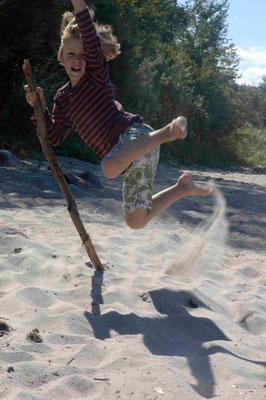 17 - Junge springt am Strand