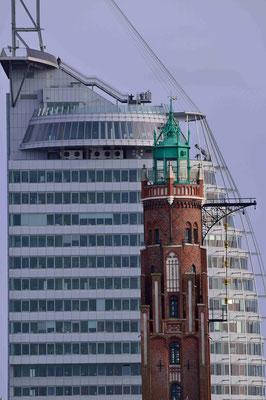 13 - Bremerhaven - Alter Leuchtturm vor modernem Hotel