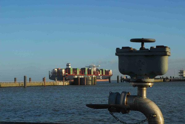 155 - Der Hafen in Cuxhaven - Blick in die Elbmündung.