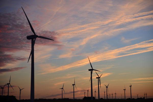 15- Windrad, Windkraftanlage, Windpark, Windkraft, Windgenerator, Windpark Oederquart, Niedersachsen, Ökostrom, Abendstimmung, nice sky