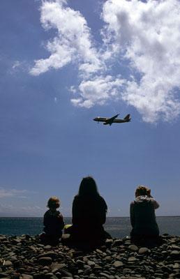 23- Mutter mit Kindern am Strand, Flugzeug