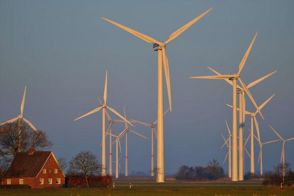151 - Windkraftanlage in der Nähe einer Siedlung und Wohnhäusern.