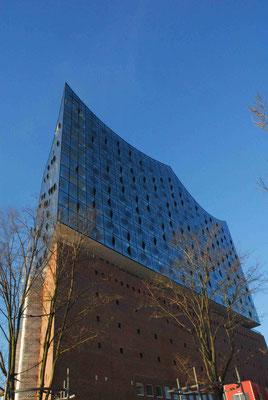 9- Hamburg, Elbphilharmonie mit Sockelbau ganz und gar.