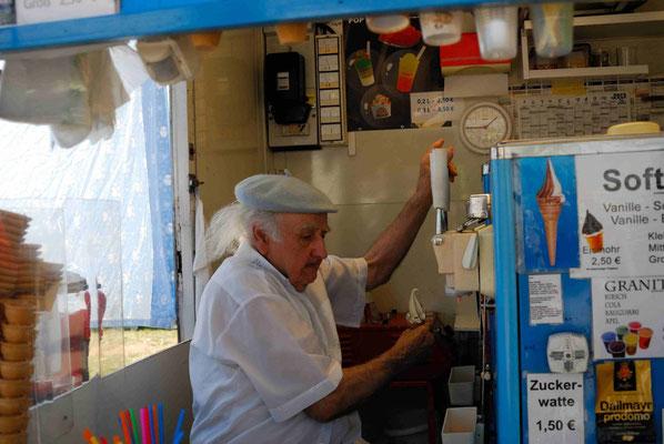63 - Alter Mann verkauft Eis