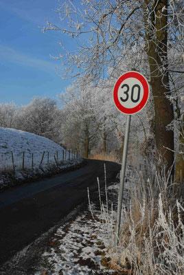 75- Verkehrsschild, 30, Schild, Straßenschild, Winter, Schnee