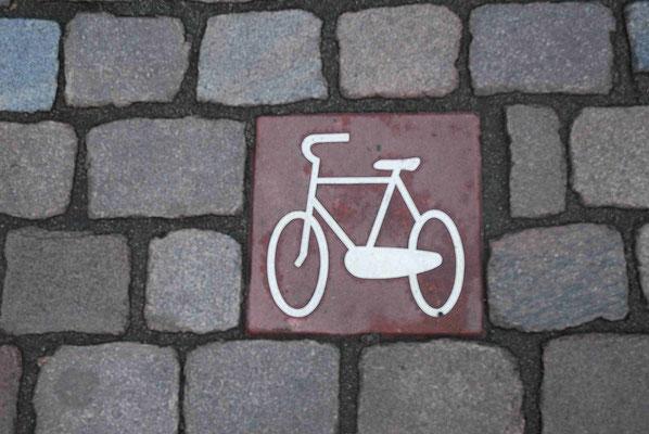83- Hamburg, Pflastersteine mit Fahrradzeichen