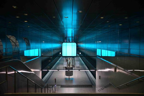 50- U-Bahnstation , Hafencity Universität, Hamburg mit blauer Lichtimpression.