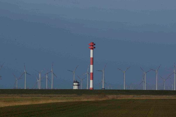 50 - Windpark Brunsbüttel, Baljer Leuchttürme Vordergrund, Elbe