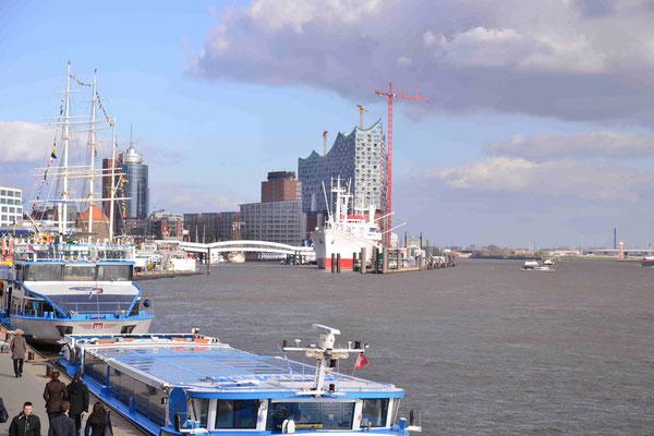 5 - Hamburg Philharmonie mit Hafen im Vordergrund.