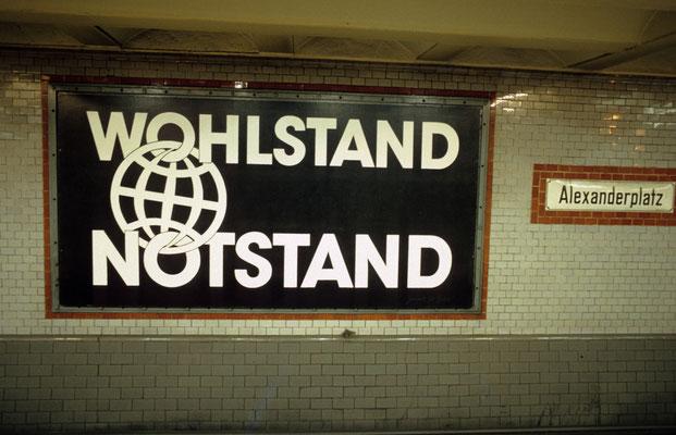 1- Berlin, Alexanderplatz, U-Bahn, Plakat, Wohlstand, Notstand.