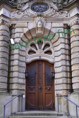 12 - Gerichtsgebäude Eingangsportal Totale.