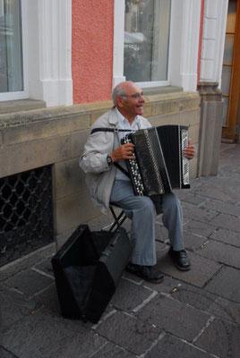 20- Straßenmusiker, Akkordeon, alter Mann