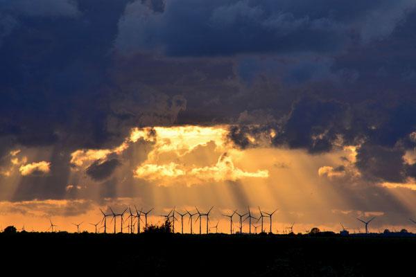 6- Windrad, Windkraftanlage, Windpark, Windkraft, Windgenerator, Windgenerator, Dämmerung, Schleswig Holstein, Brunsbüttel, Ökostrom