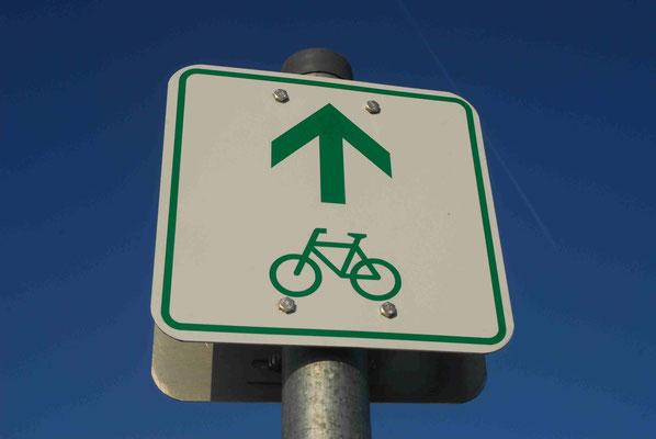 82-  Radweg, Radwanderweg, Route, Hinweisschild, Richtung Rad, Fahrrad