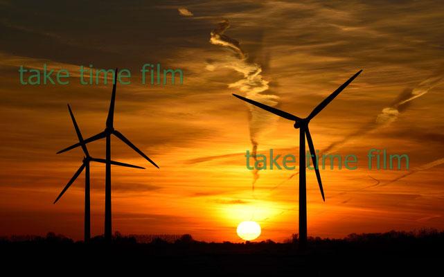 WIndrad - Romantik . EIn Sonnenuntergang mit Windradkulisse.