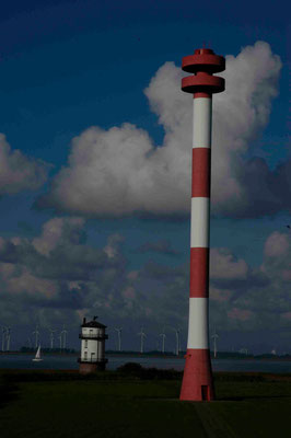 47 - Windpark Brunsbüttel, Baljer Leuchttürme Vordergrund, Elbe