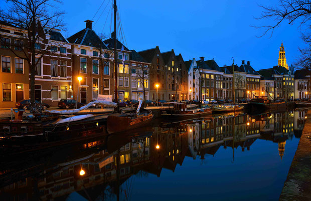 21 - In de Graachten in Groningen, Groningens Grachten in Abenddämmerung.