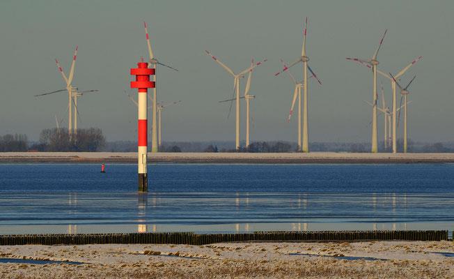 139 -  Windräder an der Elbe zwischen Cuxhaven und Hamburg mit Leuchtturm im Vordergrund.