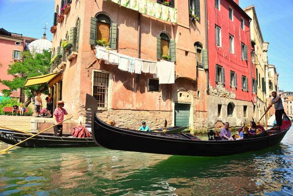 17 - Venedig, Stadtansicht mit Gondeln.