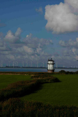 48- Windpark Brunsbüttel, Baljer Leuchttürme Vordergrund, Elbe