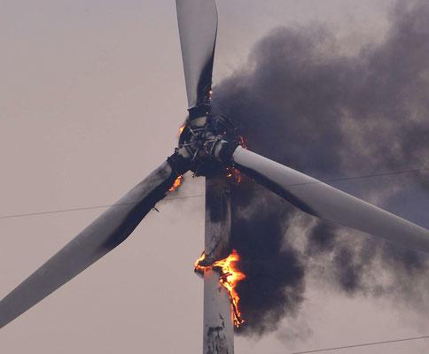 130- Die Rotorblätter fangen Feuer an einer Windkraftanlage in Oederquart. Die Feuerwehr konnte nichts tun.