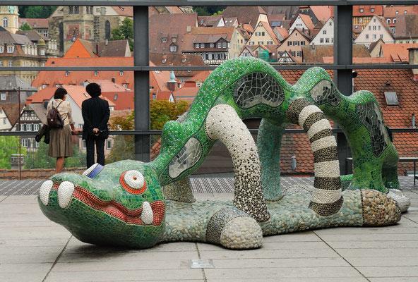 9- Niki de Saint Phalle mit Stadt im Hintergrund