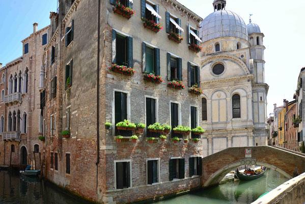 18 - Venedigs Altstadt mit Kanalblick.