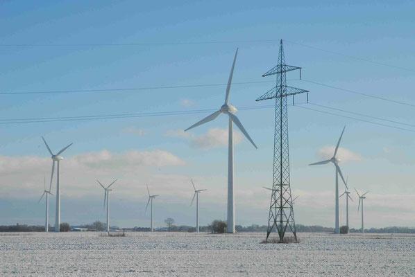 41- Windrad, Windkraftanlage, Windkraft, Windgenerator, Ökostrom,  Windpark Oederquart, Dämmerung, Winter, Schnee, verschneit