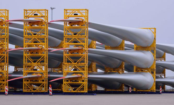 144 - Rotorblätter für Windkraftanlagen liegen zum Abtransport in Bremerhaven bereit.