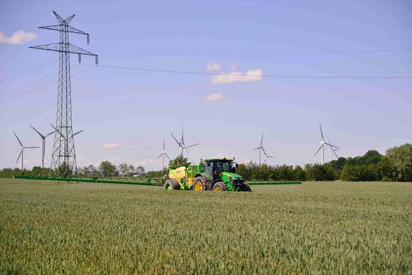 20-  Bauer mit Traktor bestellt sein Feld, Traktor auf Acker