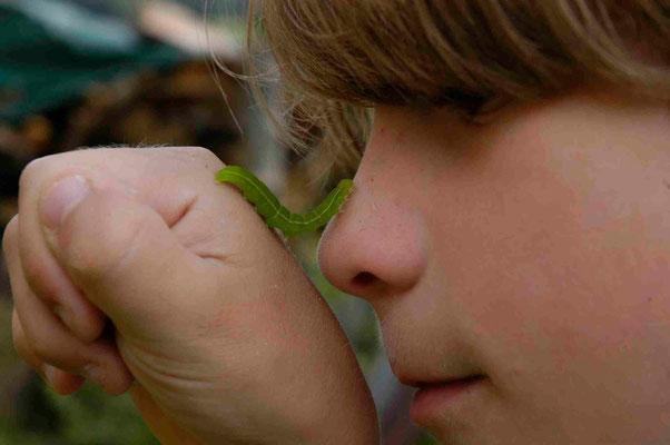 12- Junge mit Raupe an der Nase