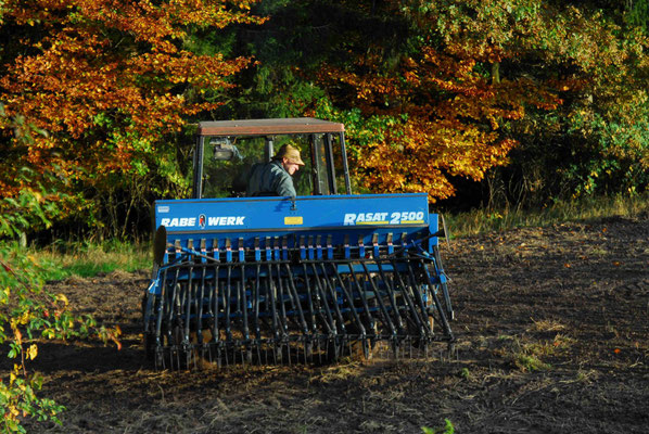 10-  Bauer mit Traktor bestellt sein Feld, Traktor auf Acker