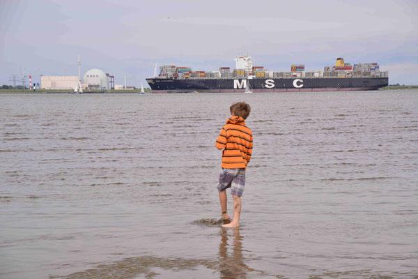 34 - Junge in Cuxhaven im Watt vor grossem Schiff