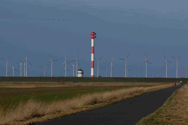 51 - Windpark Brunsbüttel, Baljer Leuchttürme Vordergrund, Elbe