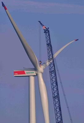 158 - Errichtung eines neuen Windrads bei Oederquart, kurz vor der Befestigung des Rotorelements.