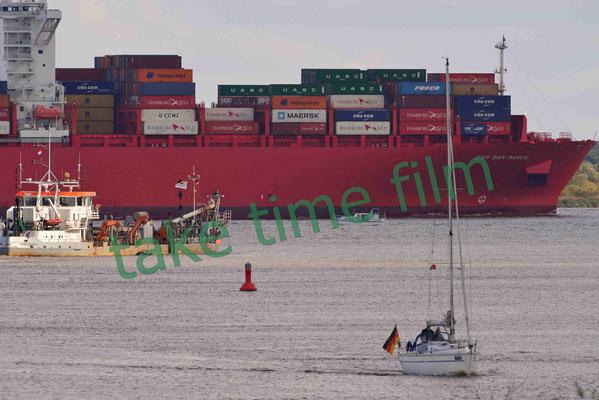 18 - Containerriese unterwegs auf der Elbe.