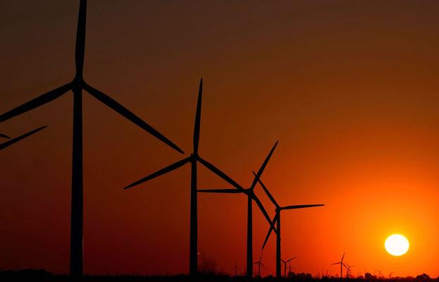 141 - Windräder vor traumhafter Abendkulisse- Sonnenuntergangsstimmung.
