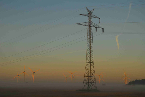 39- Windrad, Windkraftanlage, Windkraft, Windgenerator, Ökostrom,  Windpark Oederquart, Dämmerung, Nebel, neblig