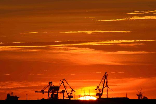 78 - Windrad, Windkraftanlage, Windpark, Windkraft, Windgenerator, Abenddämmerung, Sonnenuntergang, Elbe Schleswig Holstein, Kräne, Brunsbüttel