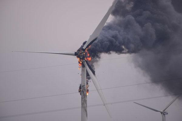 133- Ein Feuer an einem Windrad nahe Oederquart, Wischhafen, Freiburg (Elbe) am 04. April 2016.