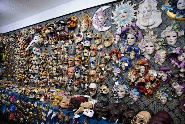 15 - Venedig, Mauer mit Karnevalsmasken