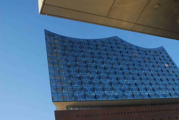 7- Hamburg, Elbphilharmonie in geometrischer Nachbarschaft.