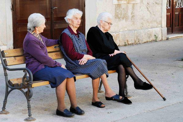 35- 3 Damen auf der Bank, Kittel, Oma