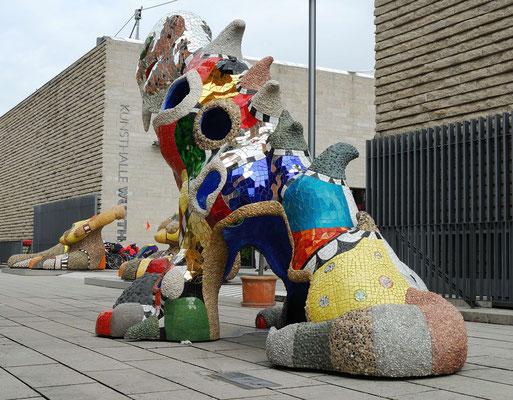 13- Niki de Saint Phalle Plastik mit Schwäbisch Hall  im Hintergrund