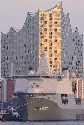 3- Hamburg, Elbphilharmonie hinter Kriegsschiff aufgenommen 2016.