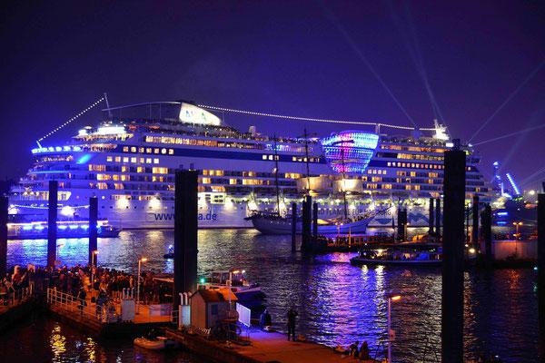 56 - Hamburg feiert blue port und die Stadt, der Hafen, die Kreuzfahrtschiffe erstrahlen in blauem Licht.