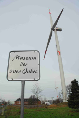 103 - Windrad, Eurogate, Bremerhaven, hinter der Kirche, und dem Museum der 50er Jahre