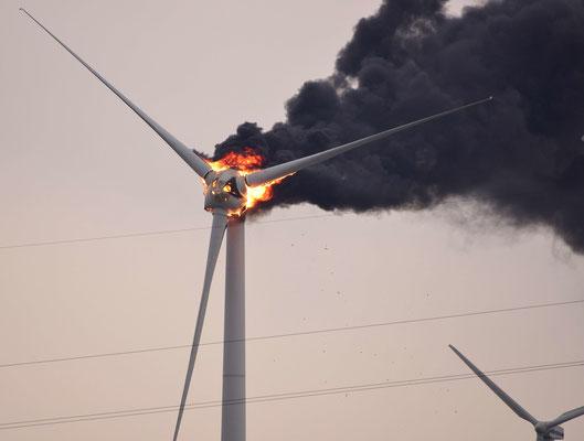 129- Dichter Qualm und Feuer an einem Windrad in Oederquart bei Stade (Niedersachsen). Die Gondel brennt.