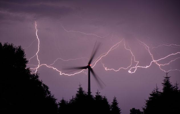 12- Windrad, Windkraftanlage, Windpark, Windkraft, Gewitter, Blitz, love,  lightning, Windgenerator, Windpark Oederquart, Niedersachsen, Ökostrom