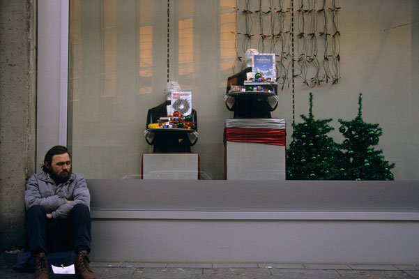 22- Hobo, Obdachloser vor Schaufenster